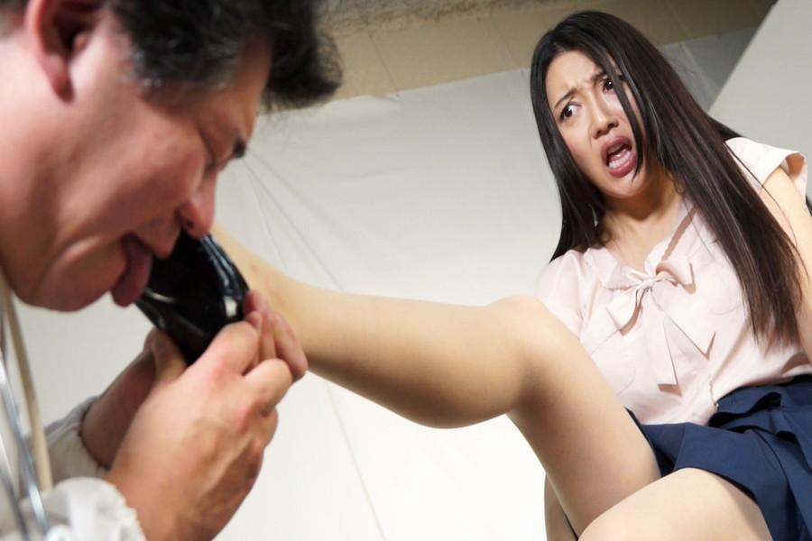 奥菜アンナのパンプスのヒールを舐める