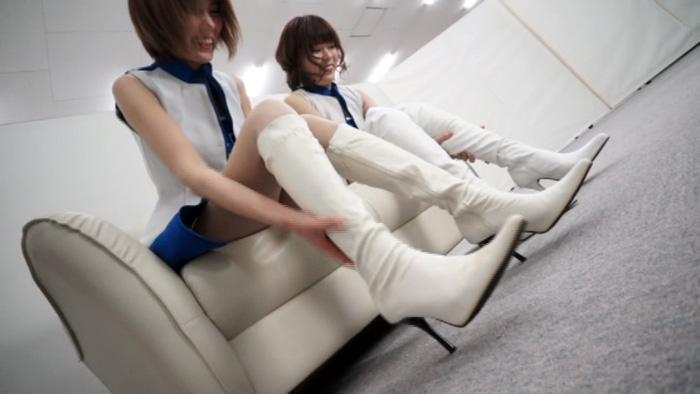 白のロングブーツを履いたレースクイーン2人