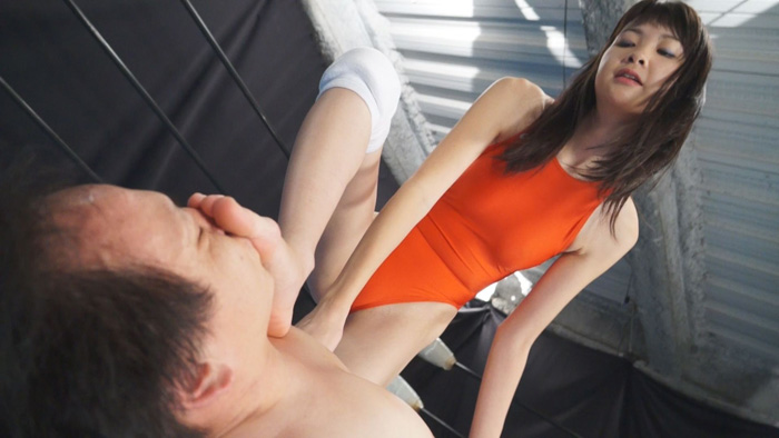 長身美脚美女がミックスプロレスで男を足責めし完全制圧