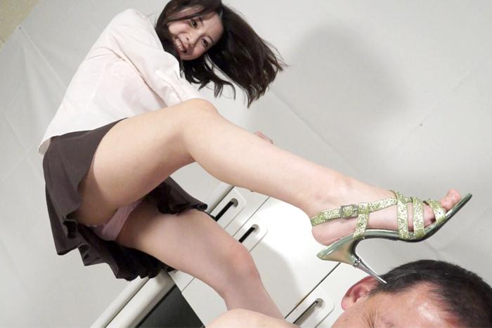 美脚美女がピンヒールサンダルでM男を踏み潰し強制射精