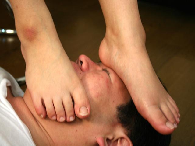 蒸れた足裏で顔を踏む
