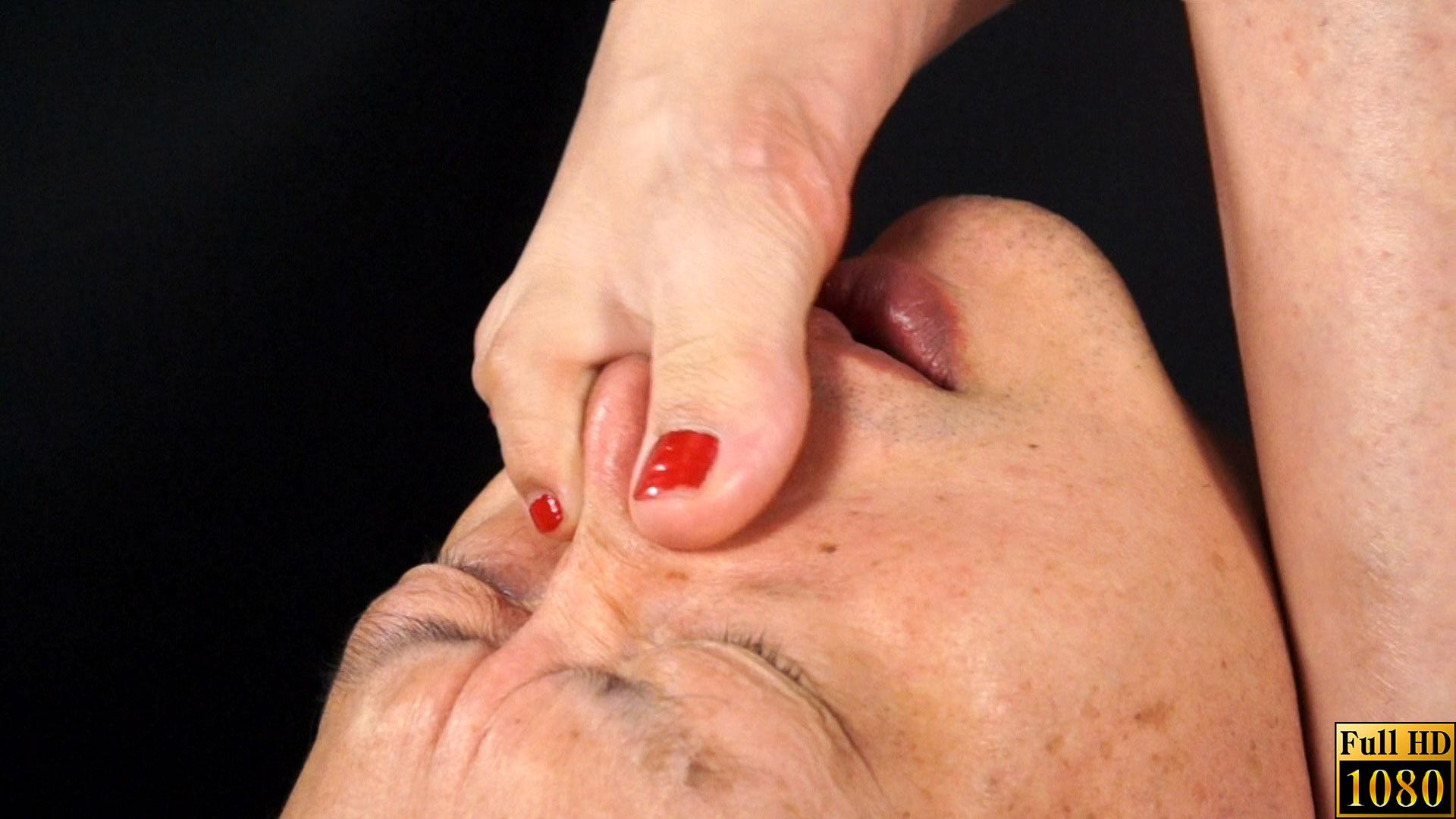 鼻を足の指でつままれる