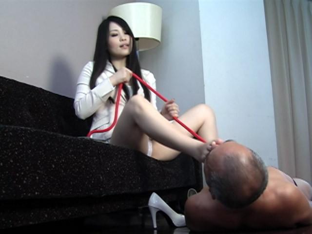 美白女性の足を舐める