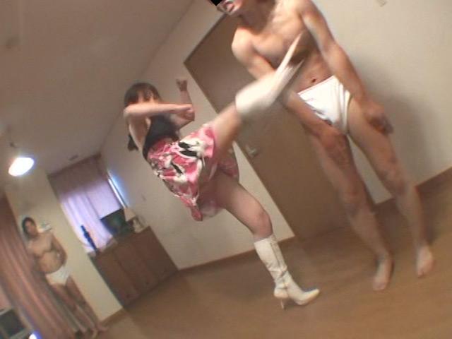 白いブーツを履いた女性がM男をマジ蹴り連発!!M格闘