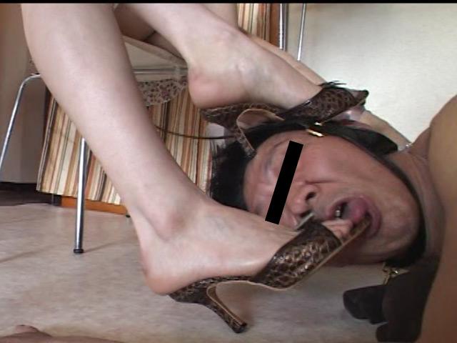 汚れたサンダルをM男に舐めさせて生のつま先も口に突っ込む素人娘たち