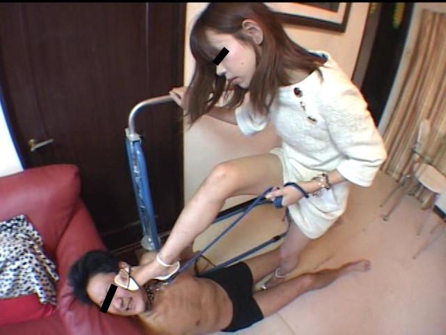 25歳素人美女が犬奴隷にサンダルを舐めさせ踏みつけ、つま先を口に突っ込む!