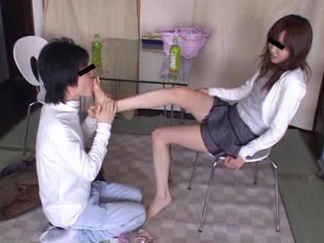 お姉さんの色白足を舐める