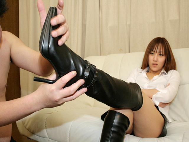 素人S女の黒ブーツを触って舐めて匂いを嗅ぎ、踏まれて発射!