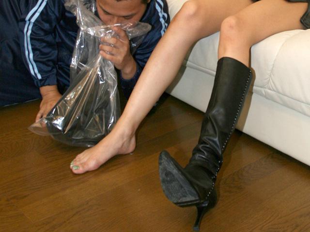 触って嗅いで舐め回し、最後はブーツにぶっかけちゃう!