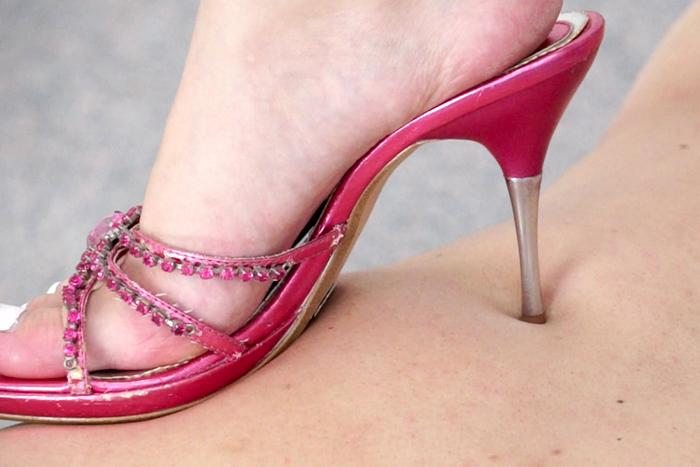 美脚美女がピンクサンダルでメタボオヤジを踏みつけ靴コキ