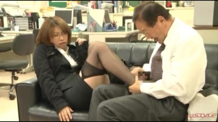 OLの黒スト足を持って自分で足コキ