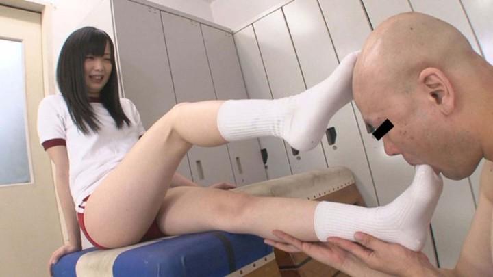 ピチピチの女子校生がM男を足と太ももで責め射精させる