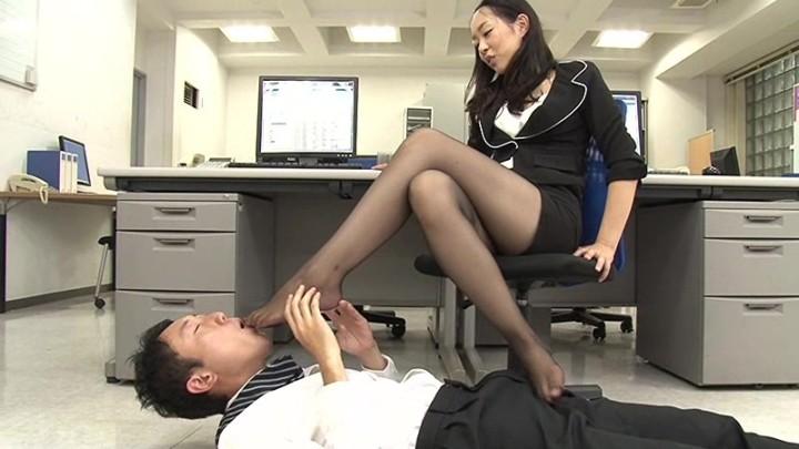 定番のOL黒スト責め!匂い嗅ぎに舐め、足コキで男を射精させる!